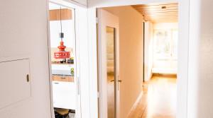 Sicht in Küche und Wohnzimmer